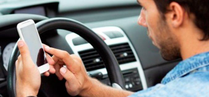 En España sale muy caro usar el móvil al volante